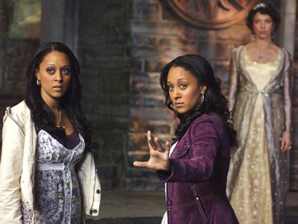 Alex Fielding (Tia Mowry) e Camryn Barnes (Tamera Mowry) voltam ao reino mágico onde nasceram
