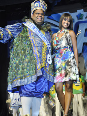 Globeleza Aline Barros com Rei Momo Milton Rodrigues da Silva