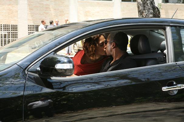 Carol (Camila Pitanga) e André (Lázaro Ramos) se beijam em uma das cenas de Insensato Coração