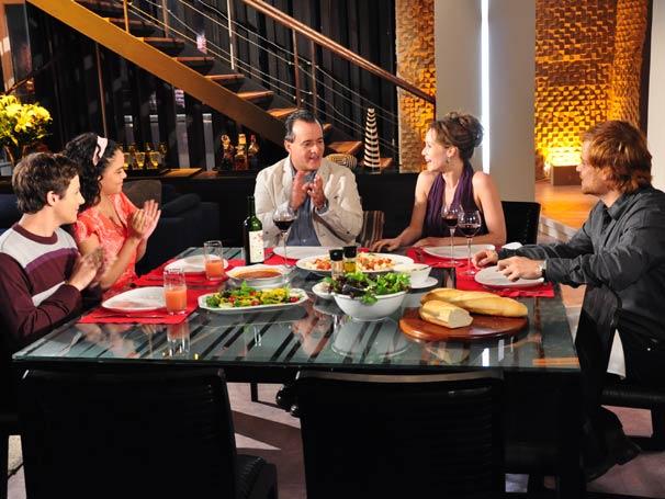 No jantar, Adamo faz esforços para aceitar Clara que se empenha em mudar