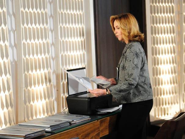 Myrna tira uma cópia do passaporte de Fred
