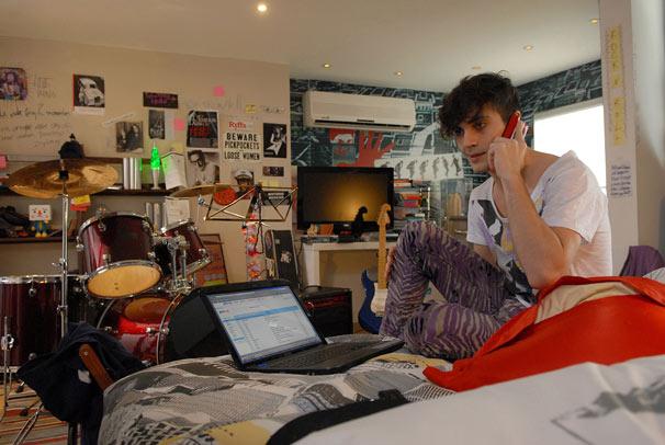 Fiuk fala ao telefone com a namorada Larissa