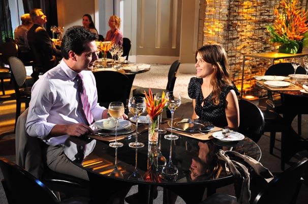 Diana (Carolina Dieckmann) leva Mauro (Rodrigo Lombardi) para jantar e resolve fazer uma surpresa