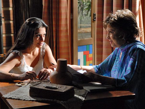 Beatriz (Eva Wilma) dá dicas de sedução para Estela (Cleo Pires)