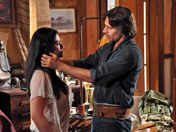 Estela (Cleo Pires) fica nervosa com as perguntas de Solano (Murilo Rosa)