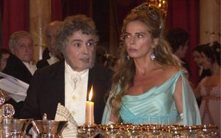 Branca (Bruna Lombardi) aprontava com seu pai (Pedro Paulo Rangel) para arranjar um marido nobre