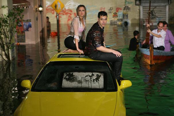 Luísa e Wando ficam presos no carro durante temporal
