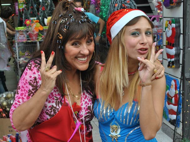 Regina Casé e Katiuscia Canoro gravam no Centro do Rio de Janeiro