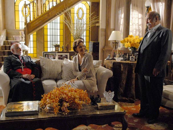 Max recebe o Bispo em sua casa e explica as denúncias feitas contra o Padre Emílio