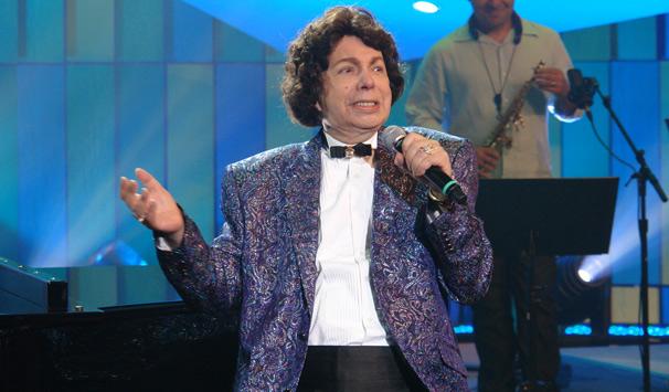 Cauby Peixoto interpreta o sucesso 'Bastidores'