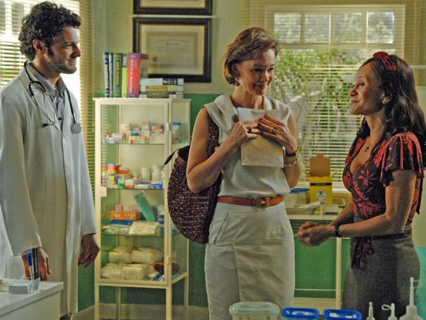 Ao lado de Ricardo (Eduardo Coutinho) e Amélia (Júlia Lemmertz), Pérola (Tânia Alves) descobre gravidez