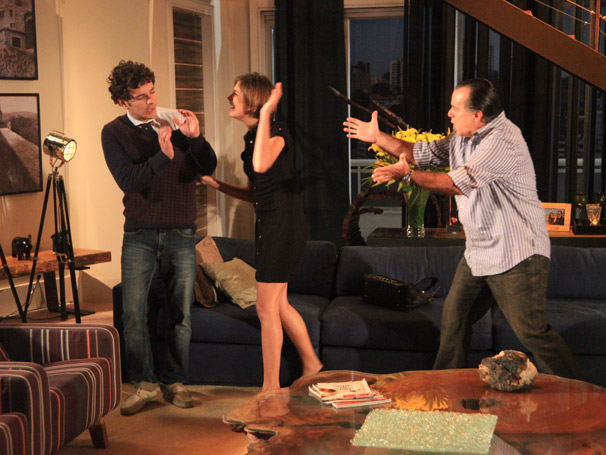 Enfurecida, Lorena (Tammy Di Calafiori) parte para cima de Agnello (Daniel de Oliveira)