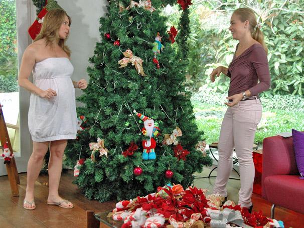Com a ajuda de Angélica, Letícia Spiller monta árvore de natal da sua casa