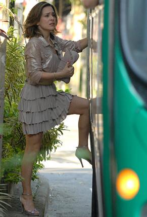 Jéssica (Gabriela Duarte) é obrigada a pegar ônibus