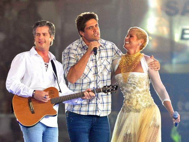 A dupla Victor e Leo canta ao lado de  Xuxa