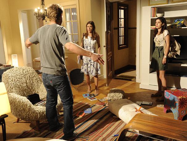 Diana (Carolina Dieckmann) e Cris (Gabriela Carneiro da Cunha) tentam acalmar André (Marcos Suhre)