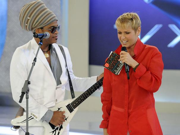 Neste sábado, dia 11, Carlinhos Brown agita o TV  Xuxa