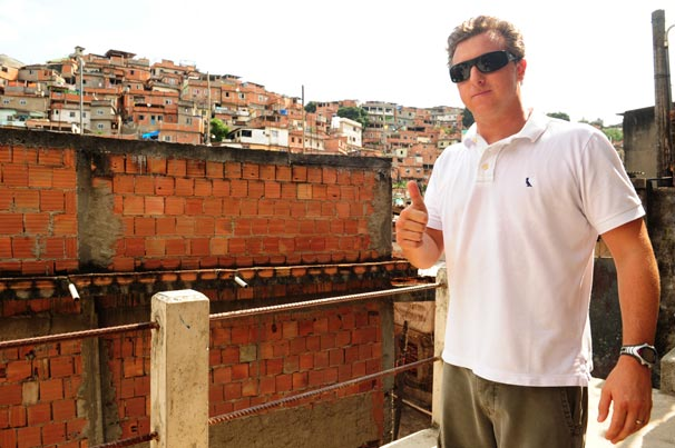 Luciano Huck visita o Complexo do Alemão no programa deste sábado