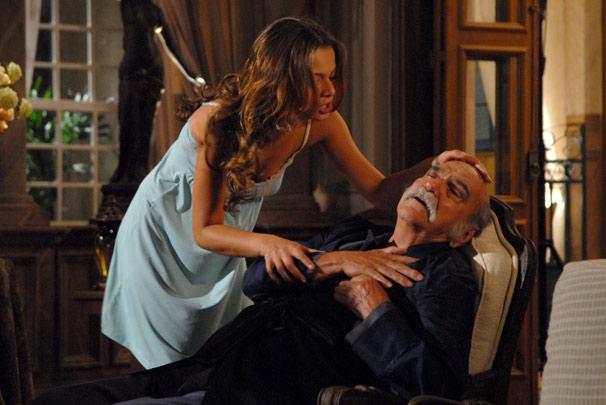 Max (Lima Duarte) sofre um infarto e é socorrido por Manuela (Milena Toscano)