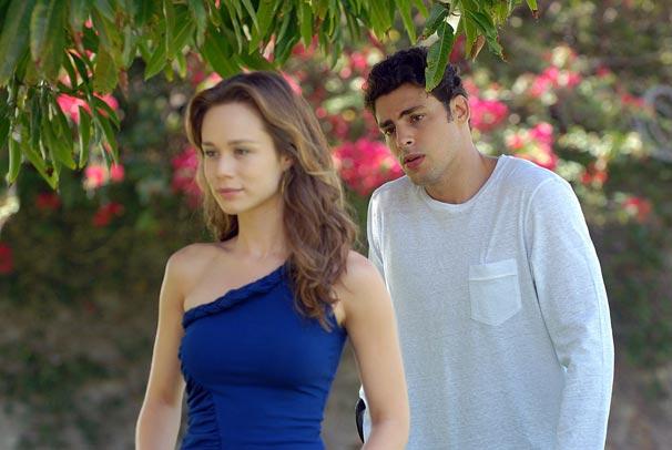Danilo (Cauã Reymond) nota que o casal está estranho