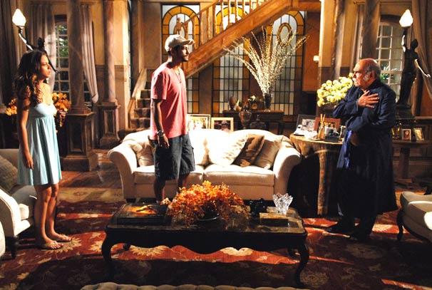 Manuela (Milena Toscano) e Fred ( Raphael Viana ) discutem com Max (Lima Duarte)