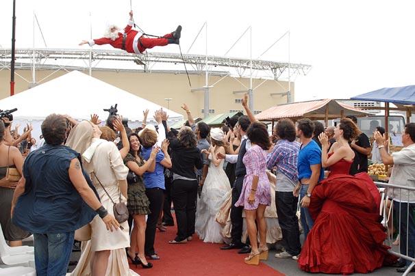O Papai Noel é içado de um helicóptero