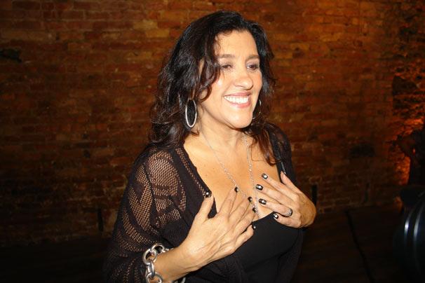 Regina Casé mostra os cristais nas unhas