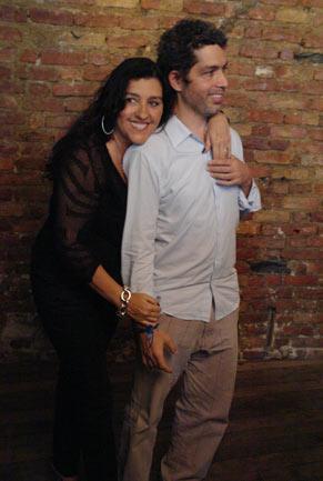 Regina Casé posa contente ao lado do marido Estevão Ciavatta