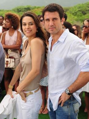 Pedro (Eriberto Leão) e sua noiva Luciana (Fernanda Machado)