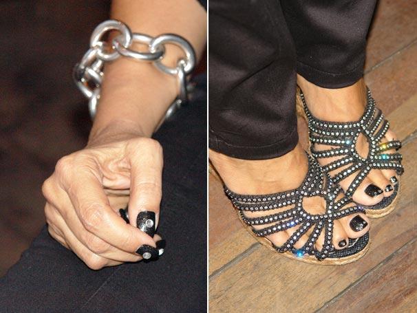 As unhas das mãos e dos pés de Regina Casé têm cristais comprados no Japão