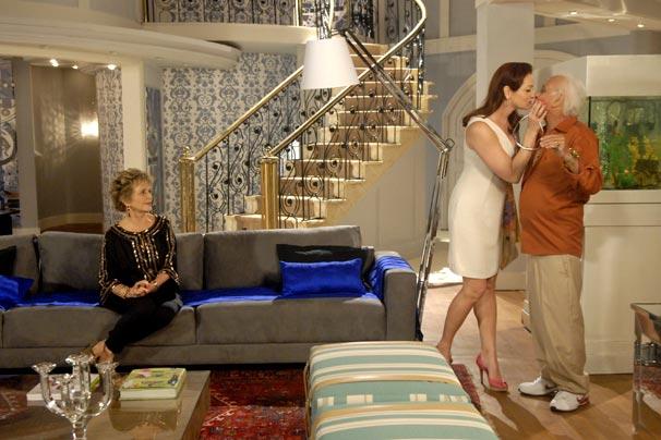 Jackie (Alexandra Richter) e Fortunato (Flávio Migliaccio) mostram a nova casa para Clô (Irene Ravache)