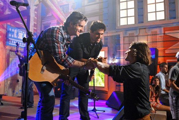 Solano (Murilo Rosa) cumprimenta os cantores
