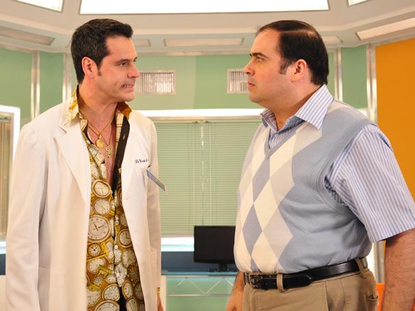 Dr. Wando (Bruno garcia) faz todos duvidarem da sexualidade do Dr. Stênio (Claudio Mende)