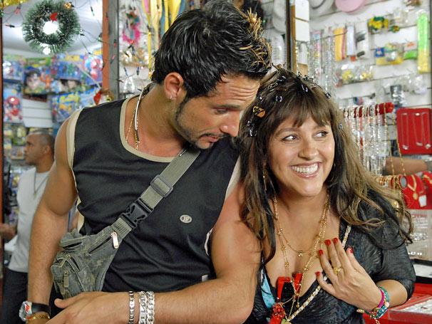 Robson (Rodrigo Santoro) e Francis (Regina Casé) vivem romance no Saara