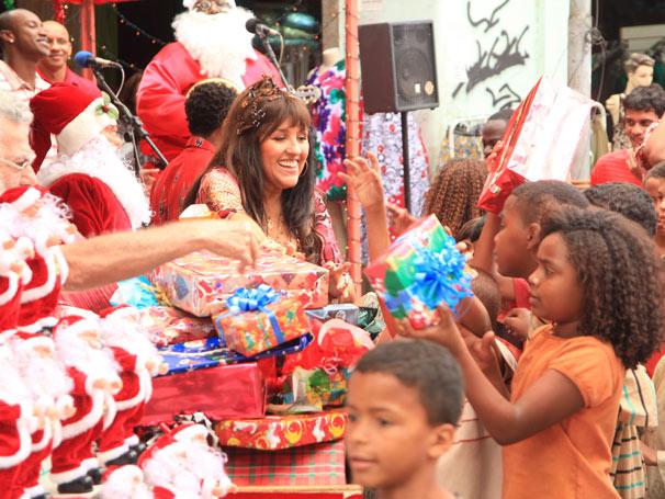 Francis (Regina Casé) distribui presentes no Saara
