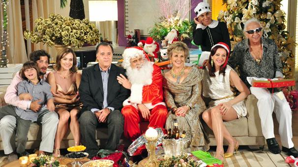 Olavo (Francisco Cuoco) se veste de Papai Noel na ceia de Natal organizada por Clô (Ireve Ravache)