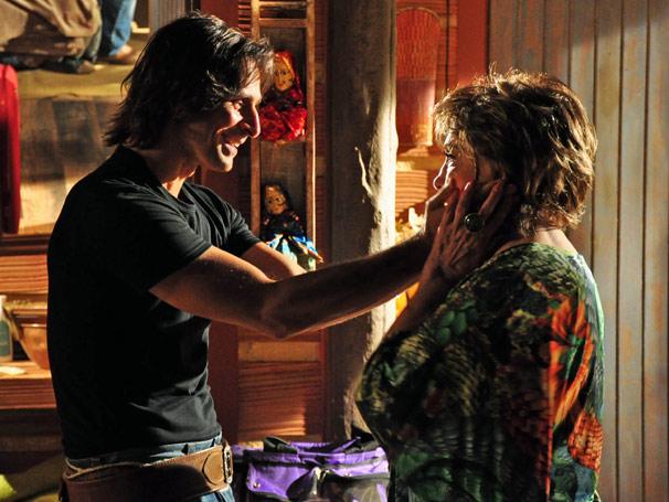 Envergonhada, Beatriz (Eva Wilma) pede perdão ao filho Solano (Murilo Rosa)