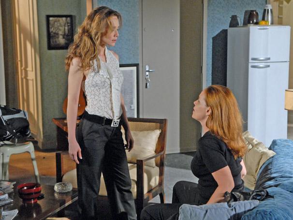 Clara (Mariana Ximenes) ao saber que a rival  Olga (Debora Duboc) está envolvida na armação