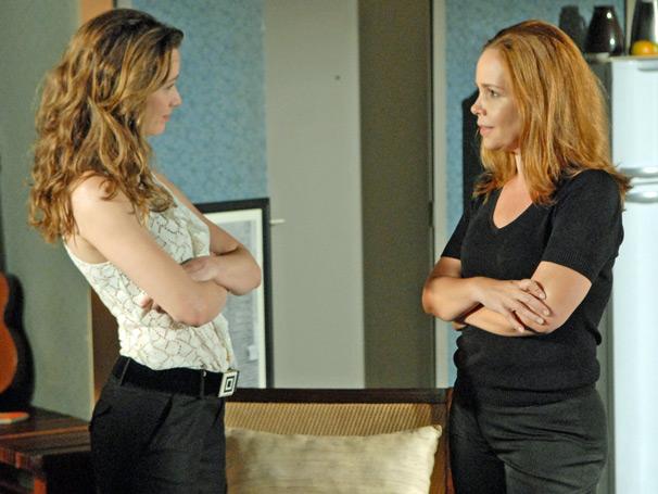 Clara (Mariana Ximenes) tira satisfações com Olga (Debora Duboc)