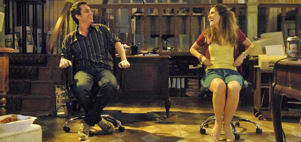 O gente-boa Caíque (Alexandre Nero) é par romântico de Val (Ingrid Guimarães) em Batendo Ponto