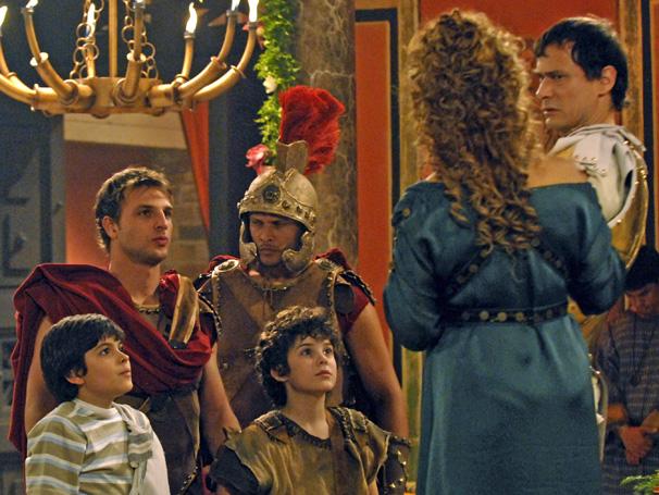 O imperador se irrita com a entrada brusca dos soldados e as crianças