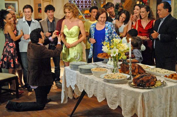 Na casa de Candê (Vera Holtz), Mimi (Marcelo Médici) surpreende e pede a mão de Agostina (Leandra Leal)