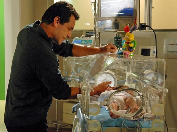 Mauro (Rodrigo Lombardi) passa a noite observando a pequena Vitória e pede perdão à criança por sua ausência