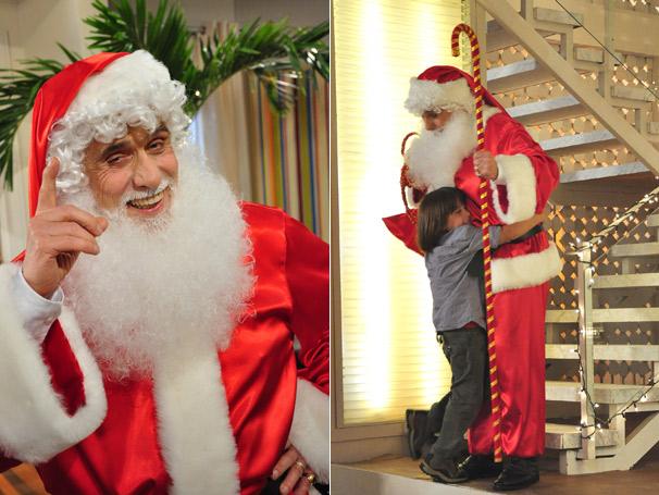 Olavo (Francisco Cuoco) se veste de Papai Noel e alegra o bisneto Dino (Edoardo Dell'Aversana)