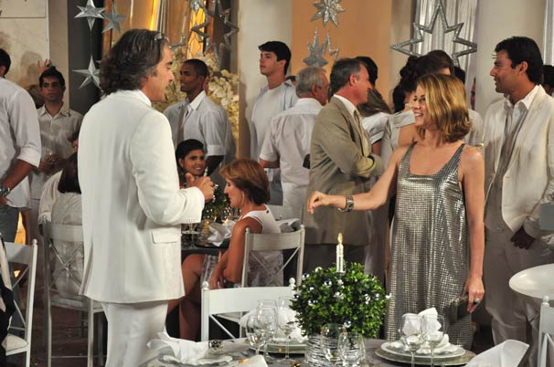 Jacques Leclair (Alexandre Borges) conhece Divina Magda (Vera Zimmermann) na festa de Ano Novo
