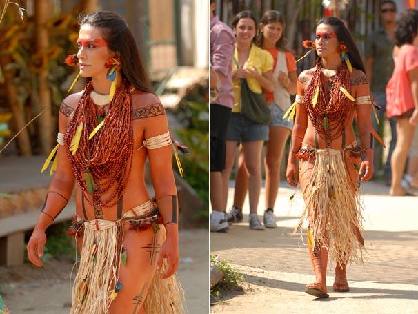 Estela (Cleo Pires) se veste como uma Karuê para ir à festa da colheita