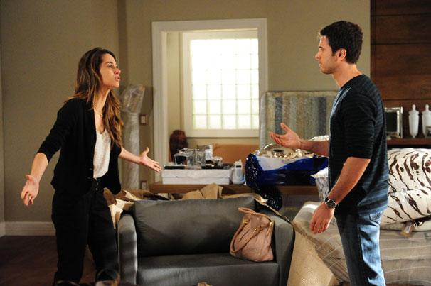 Pedro (Eriberto Leão) e Luciana (Fernanda Machado) discutem no apartamento comprado pelo casal