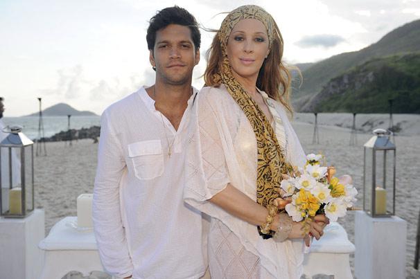 Thales (Armando Babaioff) e Jaqueline (Claudia Raia) se casam na praia