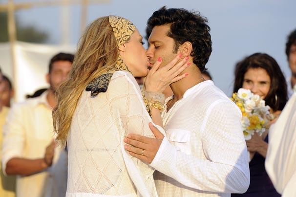 Jaqueline (Claudia Raia) se casa com Thales (Armando Babaioff) em um lindo luau ao pôr-do-sol