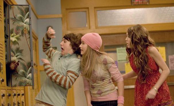Miley (Miley Cyrus) fica desesperada ao saber que Rico descobriu seu segredo